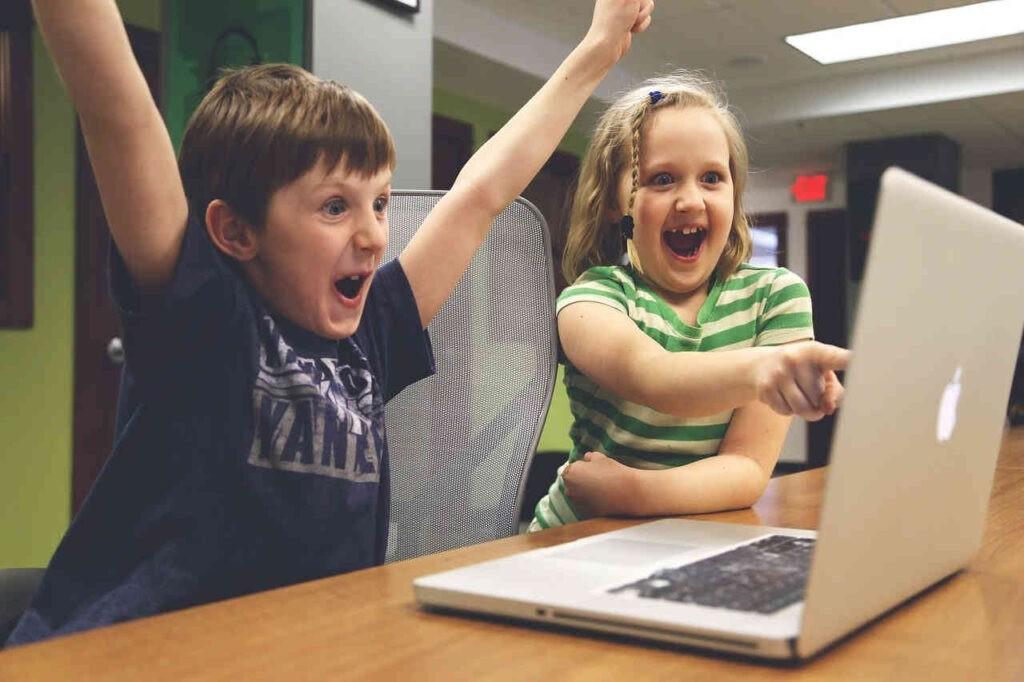 De computer, een geweldige kinderoppas. Internet verlaagt de jeugdcriminaliteit. Afbeelding van StartupStockPhotos